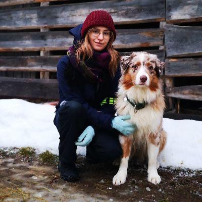 Saana Blomster koiransa Almiiran kanssa.