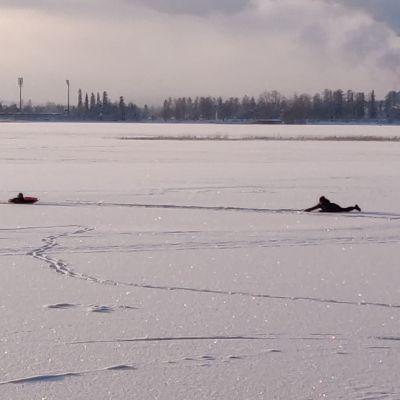 Jäihin pudonnutta miestä pelastetaan Kuopiossa Kallavedellä.