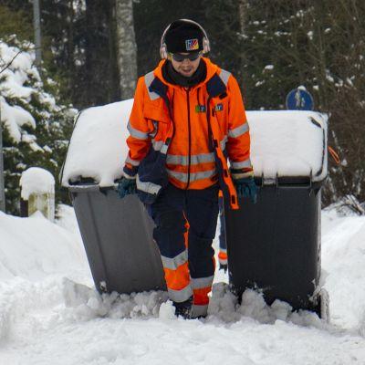 Jätteenkuljetus takkuaa lumen takia