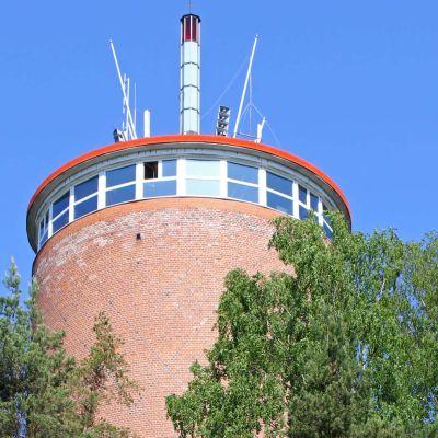 Heinolan vesitorni puiden keskellä