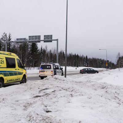 Ambulanssi ja poliisiauto tien laidassa.