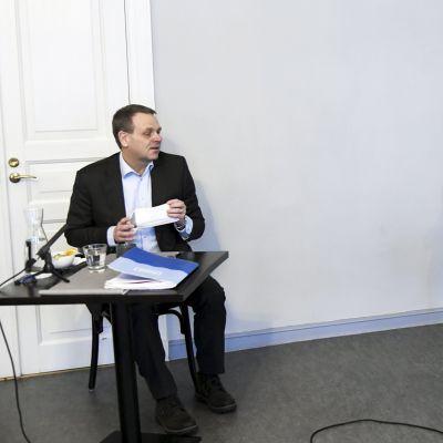 Koronakeskustelu kuumenee – Ministeri Kiuru ja pormestari Vapaavuori Politiikan toimittajien yhteistentissä