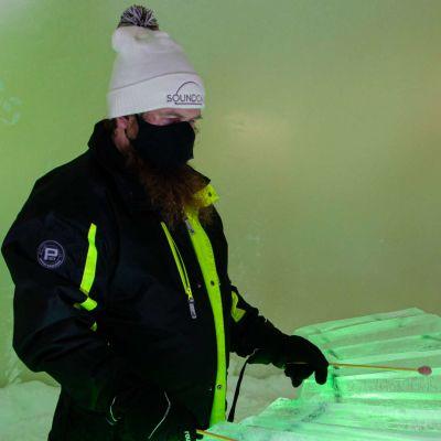 Jäämestari Juuso Partanen soittaa jäästä tehtyä marimbaa