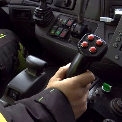 Aura-auton ohjaamon hallintalaitteita.