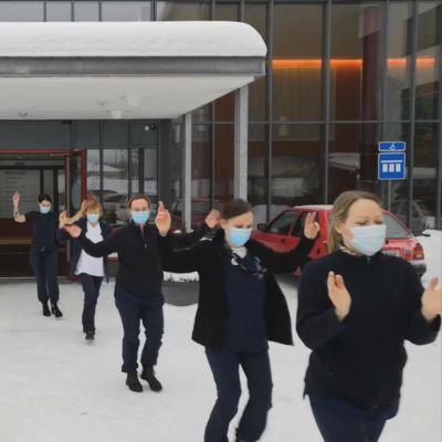Mustasaaren terveyskeskuksen työntekijät tanssimassa