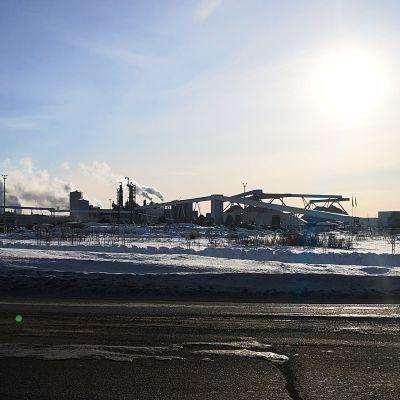 Metsä Groupin Kemin biotuotetehdasta rakennetaan. Rekka ajaa juuri tehtaan ohitse.