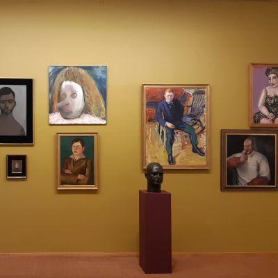 Tornion Aineen taidemuseon Ennen yötä -näyttely pohjaa rikosmysteeriin. Yhdelle seinälle on koottu murhasta epäiltyjä kuvaavat teokset.