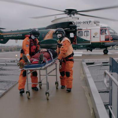 Rajavartiolaitoksen Superpuma kopteri laskeutui Meilahden sairaalan katolle.