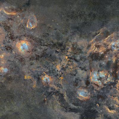 J-P Metsävainion avaruuskuva jossa näkyvät eri palaset josta kuva on koottu.