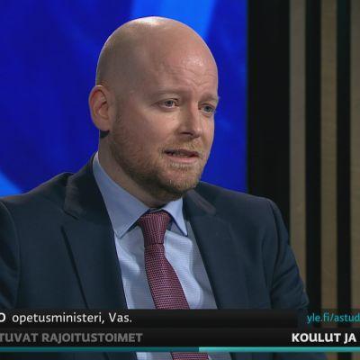 Opetusministeri Jussi Saramo kommentoi A-studiossa hallituksen neuvotteluja.