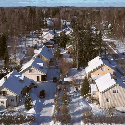 Droonikuva omakotialueelta kaksi kilometriä Keravan asemalta länteen. Maassa lunta.