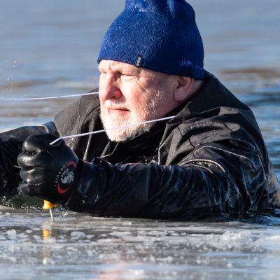 Eläkeikäinen mies pelastautuu naskalien avulla pudottuaan jäihin.
