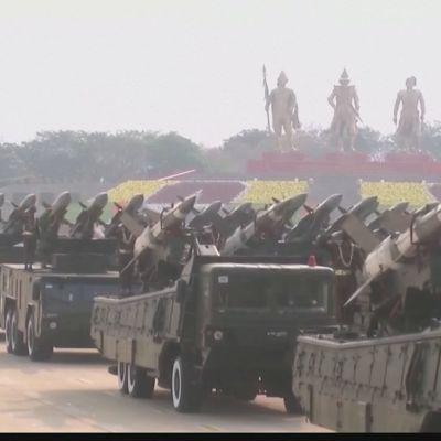 Militären i Myanmar håller parad