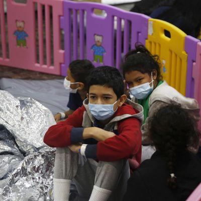 Videolla lapsia Texasin Donnassa sijaitsevassa siirtolaiskeskuksessa.