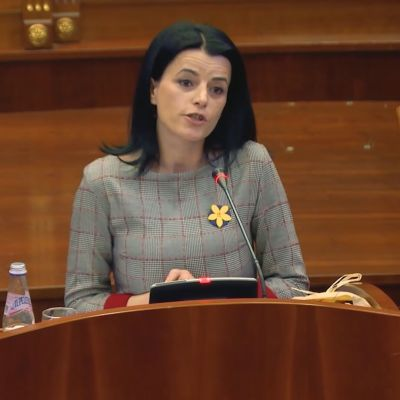 Sotarikoksen kokenut Vasfije Krasniqi-Goodman auttaa nyt muita Kosovon parlamentissa