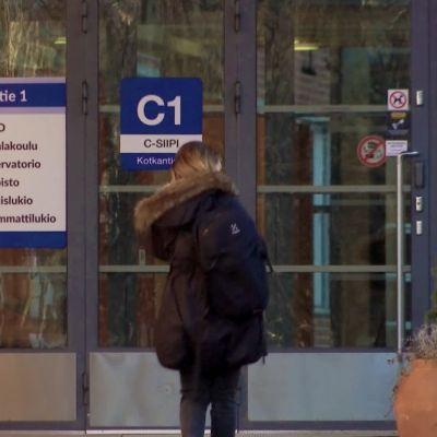 Opiskelija kävelee Oulun seudun ammattiopistoon