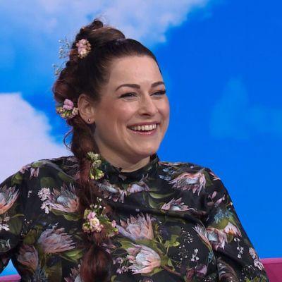 Laulaja Erin Anttila nauraa studiossa