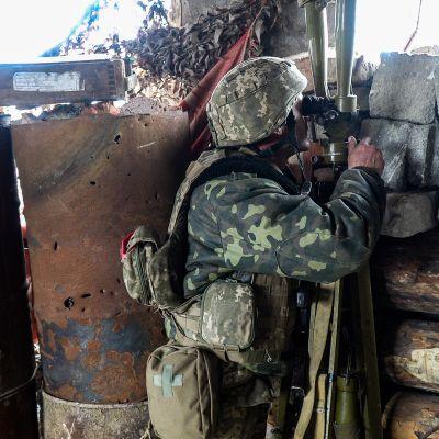 Päivisin sotilaat tarkkailevat toisiaan muun muassa kiikareilla, kameroilla ja lennokeilla.