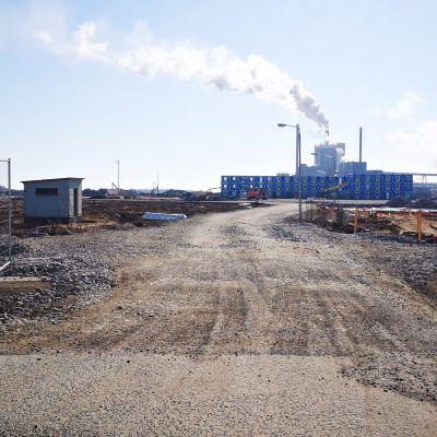 Metsä Groupin uuden sellutehtaan rakennustyömaa. Taustalla kontteja pinossa.