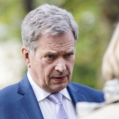 Presidentti Niinistö vaihtaa opiskelijoiden kanssa ajatuksia suurvaltapolitiikasta