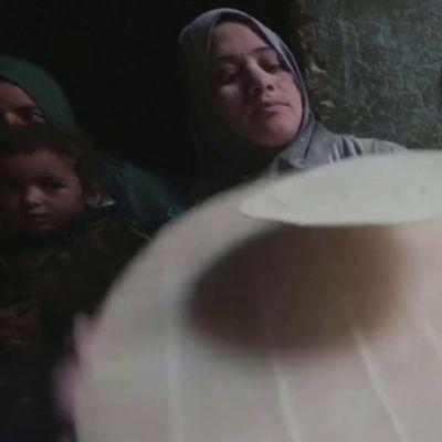 Egyptiläisnaiset leipovat ramadaniksi leipää