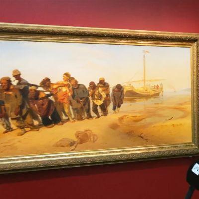 Ateneumin johtaja Marja Sakari esittelee Ilja Repinin Volgan lautturit -teoksen.