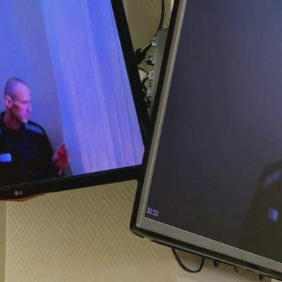 En videoskärm. På skärmen ser man den ryska oppositionsledaren Aleksej Navalnyj.