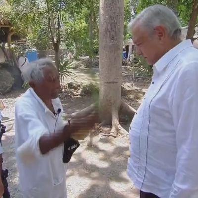 En mayapräst ber inför Mexikos president Andrés Manuel López Obrador