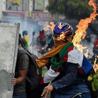 Kolumbian mielenosoituksissa rajuja yhteenottoja