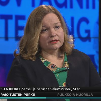 Ministeri Krista Kiuru (sd.) kommentoi A-studiossa koronarajoitusten purkua.