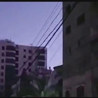 Ilmaisku romahdutti kerrostalon Gazassa