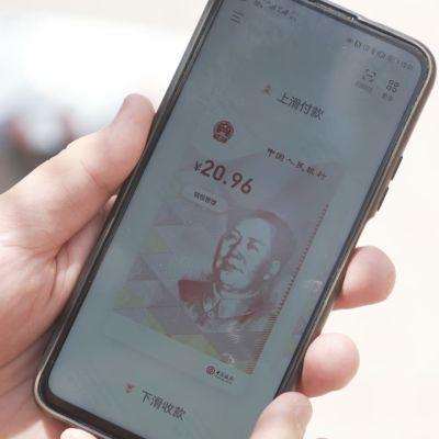 Kiinan digitaalisen valuutan kuva kännykän ruudulla