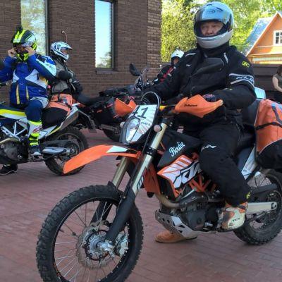 Pasi Kapanen istuu moottoripyöränsä päällä