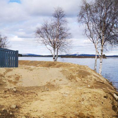 Tulvasuojausta kittiläläisen talon pihassa