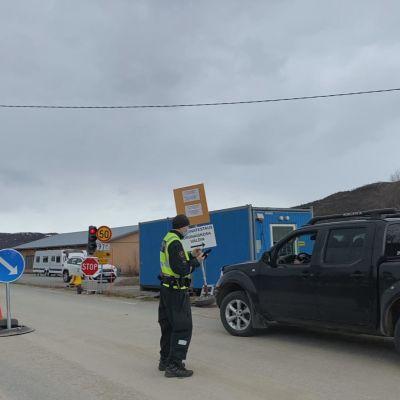 Rajavartija Jani Kaski tarkastaa Norjasta tulevaa autoa.