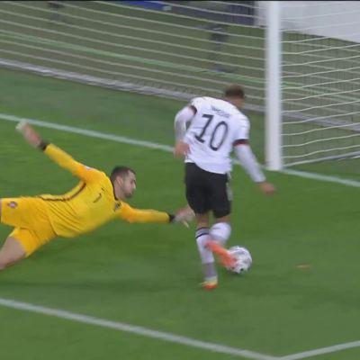 Saksan Lukas Nmechan 1–0-voittomaali.