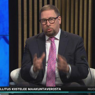 Kansanedustaja Paavo Arhinmäki puolusti A-studiossa maakuntaveroa.