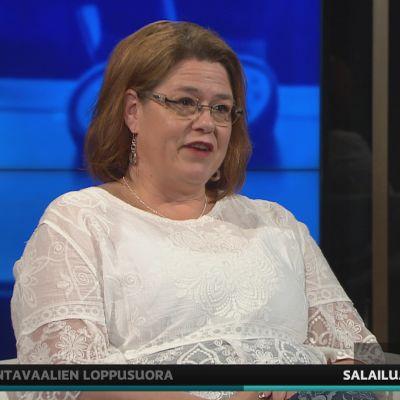 Kuntaliiton toimitusjohtaja Minna Karhunen puolusti kuntia A-studiossa.