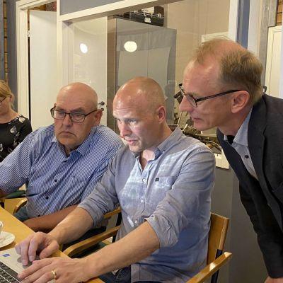 Keskustan vaalivalvojaiset Kajaanissa vaalisunnuntaina.