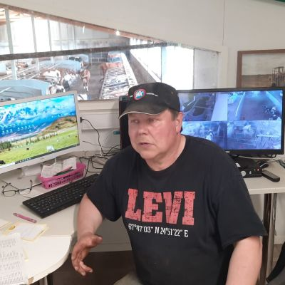 mies istuu navetan toimistossa