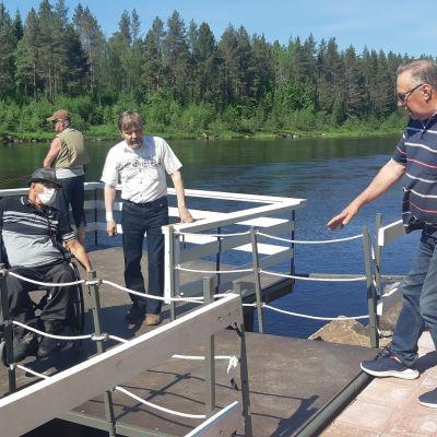 Simojoen rantaan on rakennettu kalastuslaituri, johon on helppo kulkea vaikka pyörätuolilla.