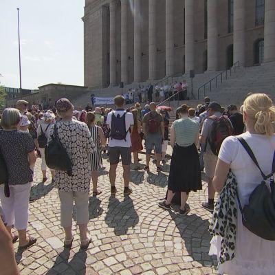 Päivi Räsäsen tukijat kokoontuivat sunnuntaina eduskuntatalolle.