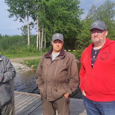 Veitsiluodon Kalamiesten hallituksen väkeä seisoo Veitsiluodon kalapaikan laiturilla.