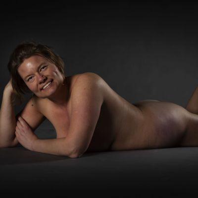 Linda Rosendal poserar avklädd i en mörk studio.
