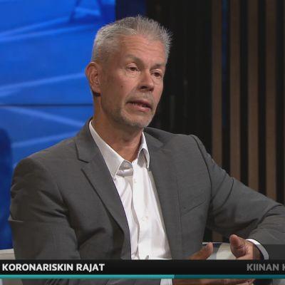 STM:n osastopäällikkö Taneli Puumalainen A-studiossa.