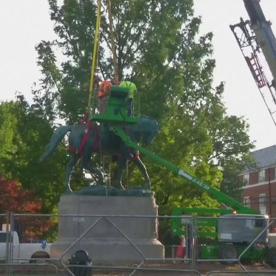 Etelävaltioiden kenraalin Robert E. Leen patsas poistetaan puistosta Charlottesvillessä