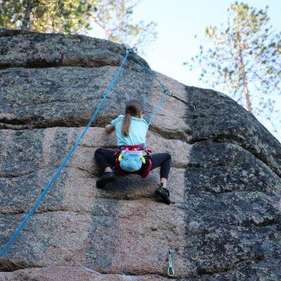 Jos Pinja Antikainen, 12, selvittää hiidenkirnujen haastereitin, isä on luvannut viedä hänet kiipeilymatkalle Eurooppaan