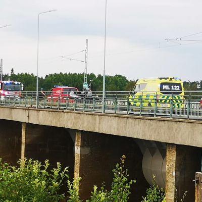 Pelastusajoneuvoja Isohaaran voimalaitoksen sillalla.