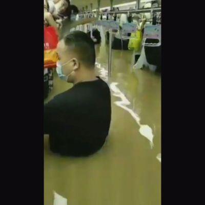 Ihmisiä pelastettiin tulvan valtaamasta metrotunnelista Kiinassa