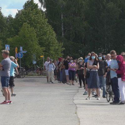 Aikaistettu rokotusmahdollisuus keräsi satojen metrien jonot Tampereella